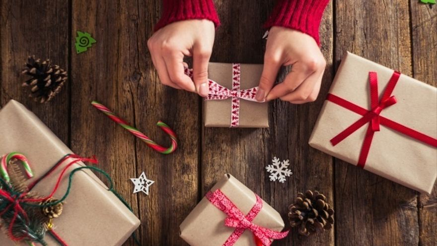 Imagen de archivo de regalos con motivos navideños.   FOTO: Europa Press.