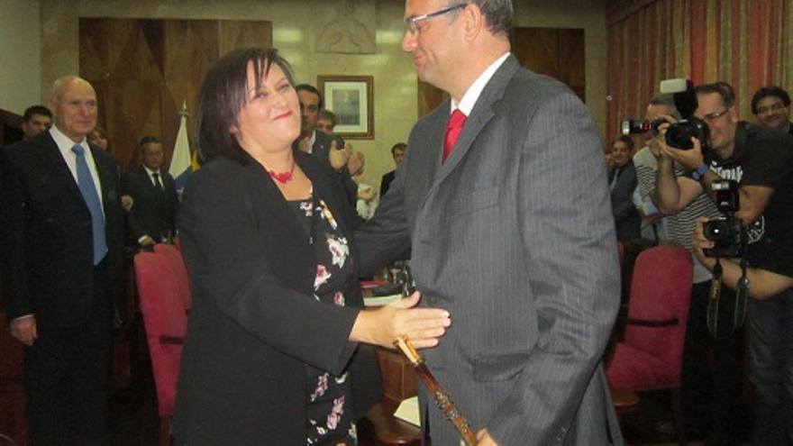 Imagen de archivo de la toma de posesión de Anselmo Pestana, el 22 de noviembre, con Guadalupe González, tras la moción de censura.