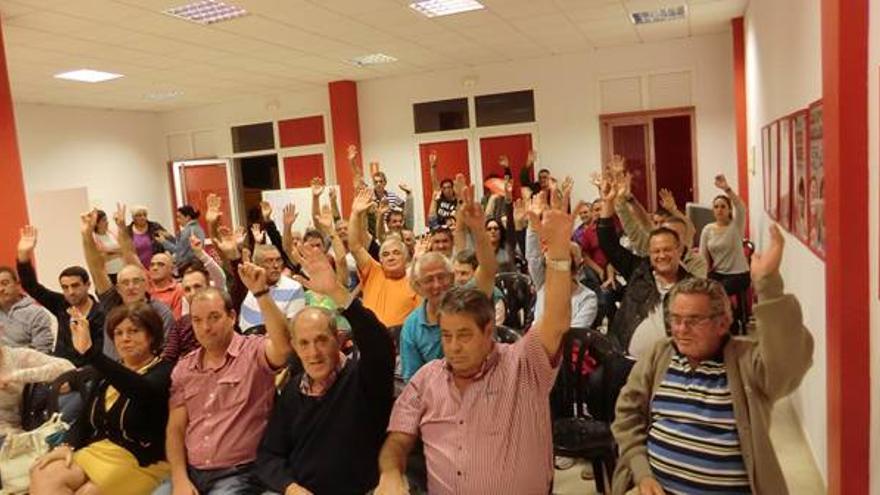 En la imagen, Blas Bravo (segundo por la derecha), en la asamblea de la agrupación socialista de Breña Alta celebrada el pasado jueves, 11 de febrero.
