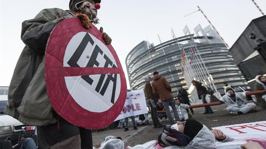 Activistas protestan en las puertas de la Eurocámara contra el CETA
