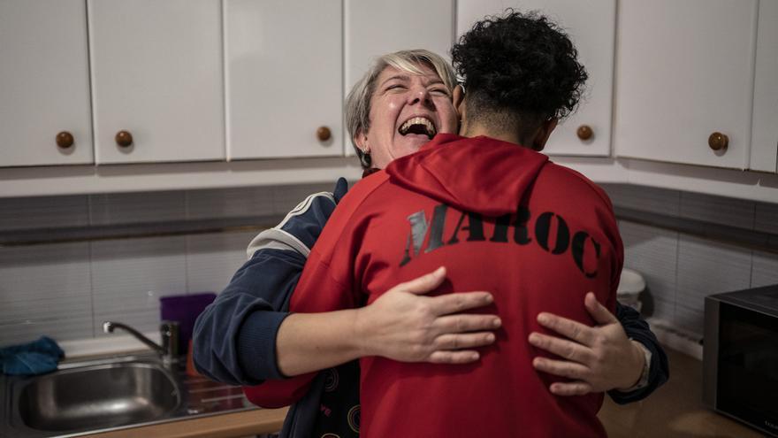 """Valle, la cocinera del centro a la que todos llaman """"la gobernanta"""", abraza a uno de los menores."""