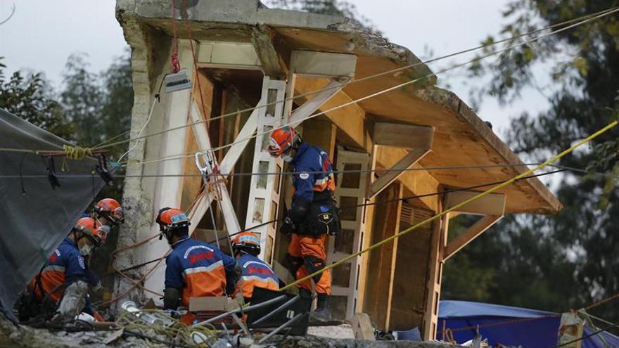 Regresan a Ecuador bomberos que ayudaron en el rescate por el terremoto en México