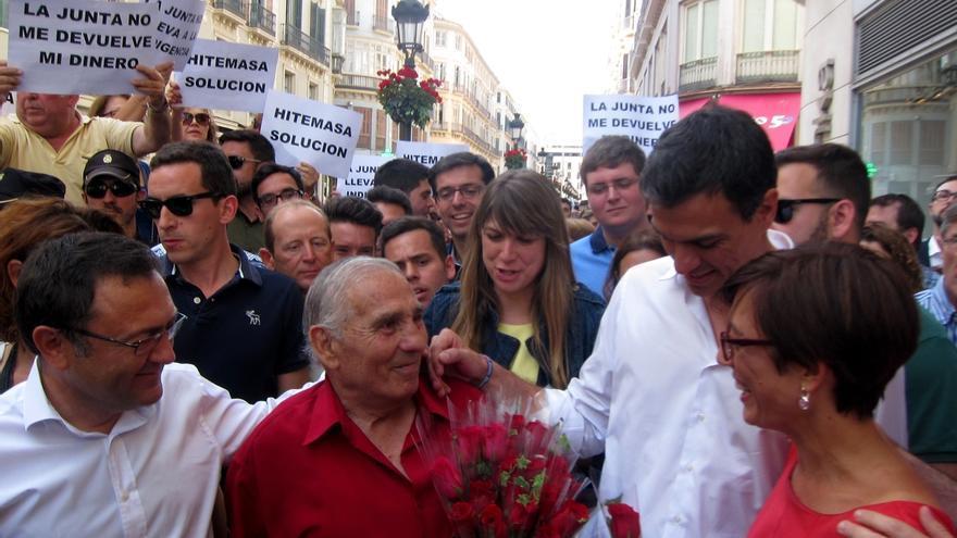 Pedro Sánchez es recibido entre protestas de los prejubilados de una empresa textil en su visita a Málaga