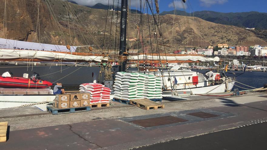 En la imagen, los sacos de sal Teneguía junto al velero 'Avontuur'.