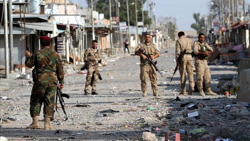 """Unos soldados de las fuerzas kurdo iraquíes (""""peshmerga"""") vigilan en una calle de Zumar, cerca a Mosul, norte de Irak."""