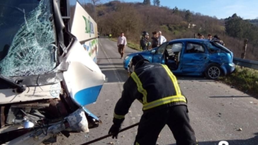 Accidente entre un turismo y un autobús en Siero