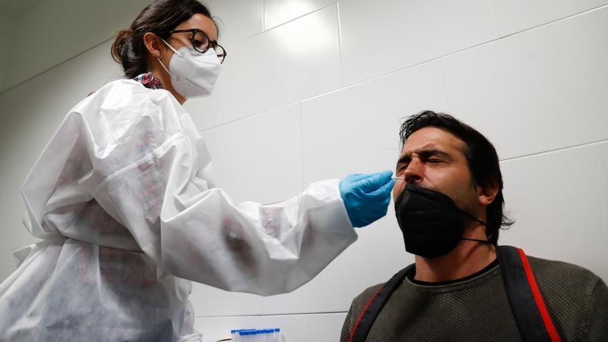 Un hombre se somete a un test de antígenos en una imagen de archivo.
