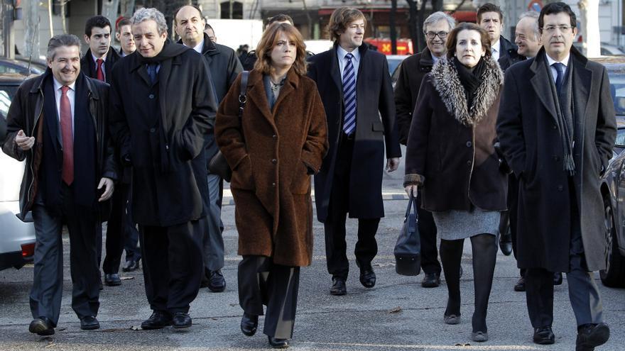 Clara Bayarri y Fernando Andreu (a la derecha), en un grupo de jueces y fiscales que acuden a apoyar a Baltasar Garzón en el Supremo