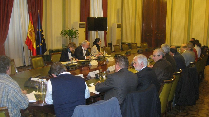 Arias Cañete aboga por la regulación de la producción de leche presentada por EMB y OPL
