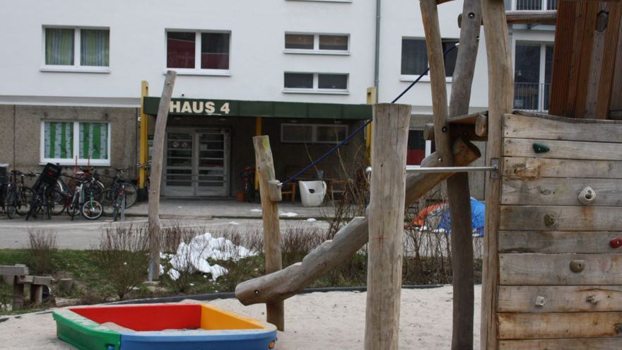 Vista delantera del proyecto WiLma con el parque infantil en primer plano.