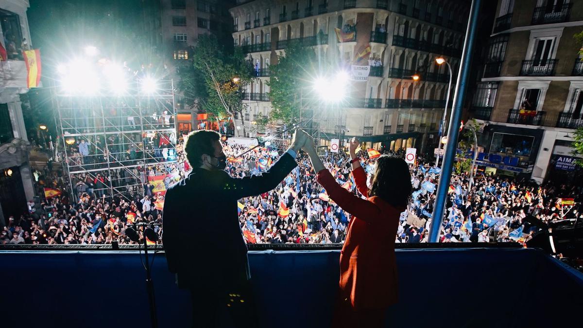 Pablo Casado e Isabel Díaz Ayuso, este martes, en el balcón de la sede del PP.