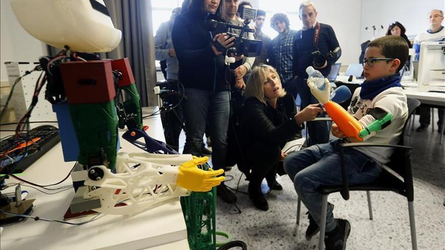 Estudiantes guipuzcoanos elaboran una prótesis 3D para un niño de 10 años