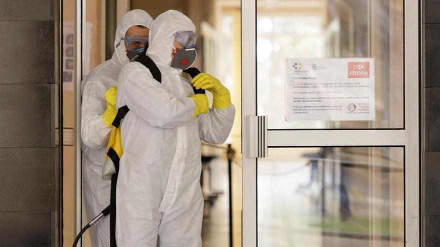 Personal de la Unidad Militar de Emergencias realiza labores de desinfección este sábado en centros de Salud y de mayores de la capital tinerfeña