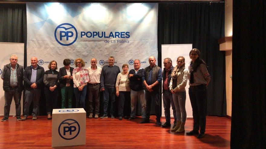 Ángel Tomás Hernández (c), con los miembros del comité local del PP en El Paso.