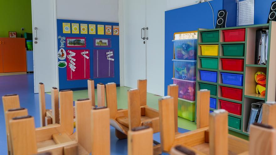 Mesas y sillas recogidas en un aula de un centro de Educación Infantil.