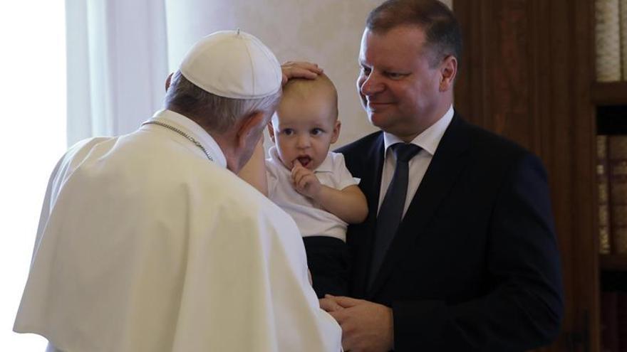 El papa alerta y pide respuestas ante los peligros de internet para los jóvenes