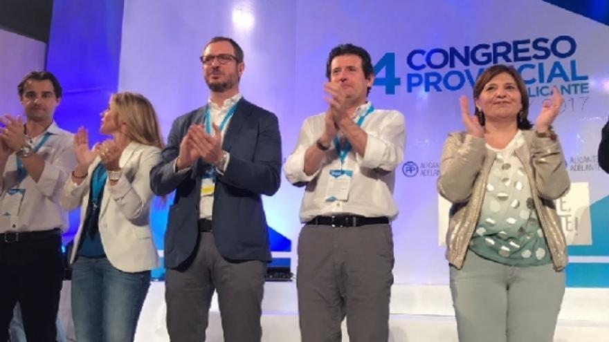 José Císcar, en el centro, de blanco, tras su reelección como presidente del PP de Alicante.