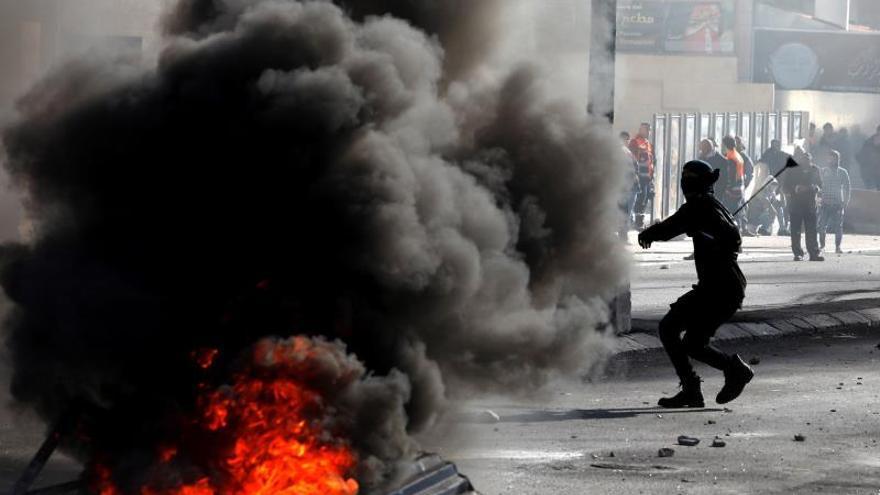 Palestinos se enfrentan a tropas israelíes durante protestas en Belén (Palestina) / EFE