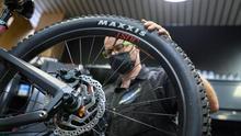 Un empleado trabaja en la tienda Sanferbike, especializada en la reparación y venta de bicicletas, este viernes en Madrid