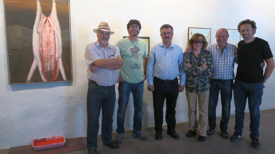El consejero de Cultura del Cabildo de La Palma, Primitivo Jerónimo (centro), junto a artistas de la exposición colectiva 'Detritus'.