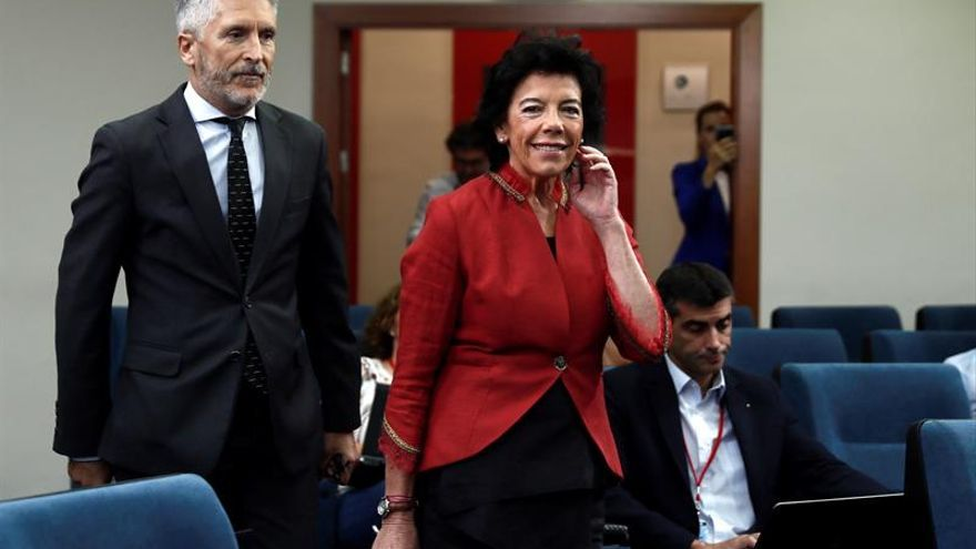 La portavoz del Gobierno, Isabel Celaá, y el ministro del Interior en funciones, Fernando Grande Marlaska, durante la rueda de prensa este viernes tras la reunión del Consejo de Ministros.