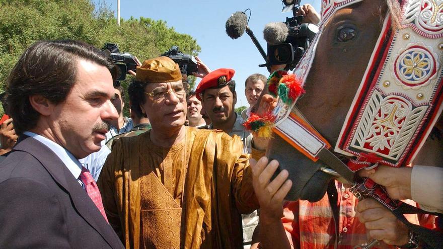 Aznar, Gadafi y 'El Rayo del Líder', el caballo que el líder libio le regaló en su visita a Trípoli en 2003. Foto: Bernardo Rodríguez/EFE.