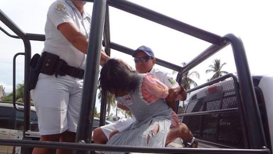Una niña indígena es detenida por las autoridades mexicanas