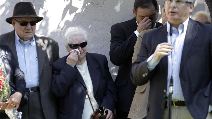 La familia Alcorisa junto al exjuez de la Audiencia Nacional Baltasar Garzón.