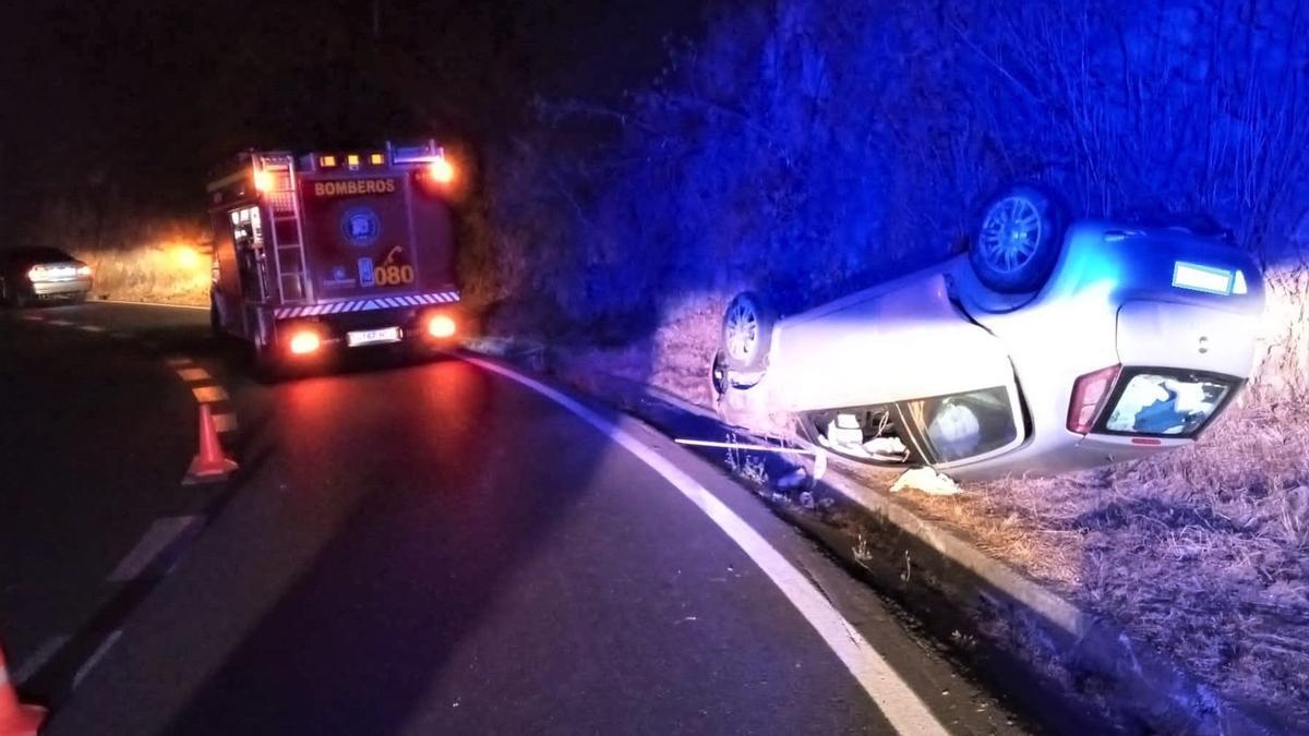 Imagen del accidente de tráfico registrado en la noche de este sábado, sobre las 23.30 horas, en la carretera de La Cumbre.