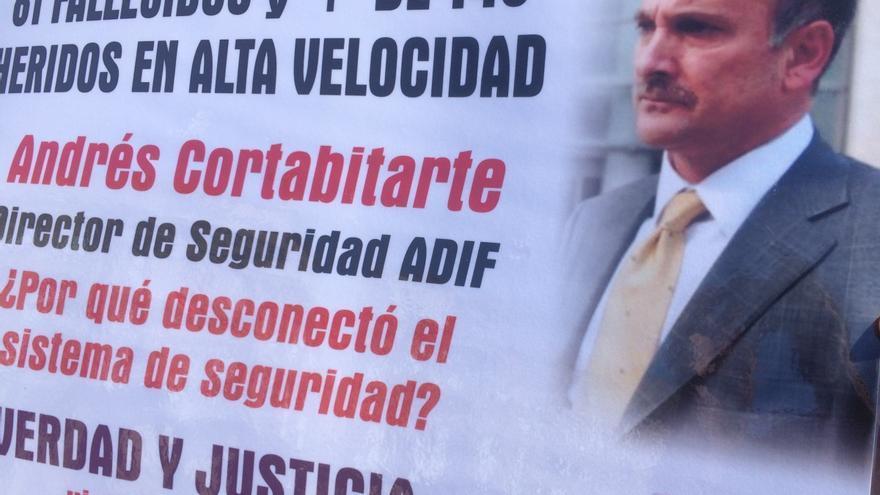 Andrés Cortabitarte, exdirector de Seguridad en la Circulación de Adif, en un cartel de protesta de las víctimas de Angrois