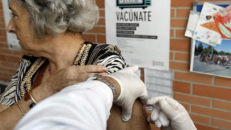 La vacuna de la gripe previene hospitalizaciones de personas mayores, según un estudio