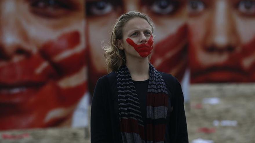 Extienden 420 bragas en la playa de Copacabana en protesta contra las violaciones sexuales