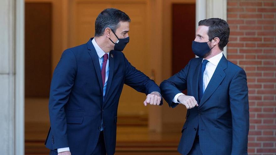 El presidente del Gobierno, Pedro Sánchez (i) y el presidente del PP, Pablo Casado, se saludan con el codo en el Palacio de Moncloa, antes del inicio de su reunión, en Madrid (España), a 2 de septiembre de 2020.