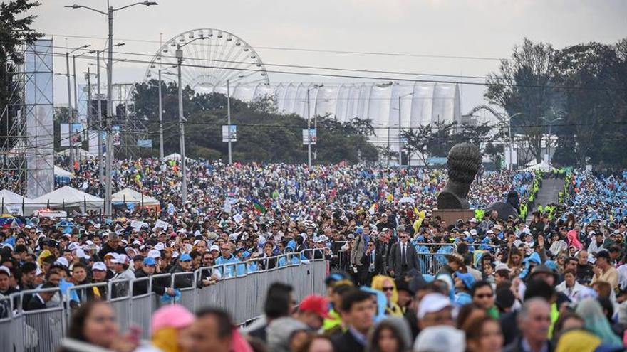 La música eleva el fervor de miles de asistentes a la primera misa del papa en Bogotá