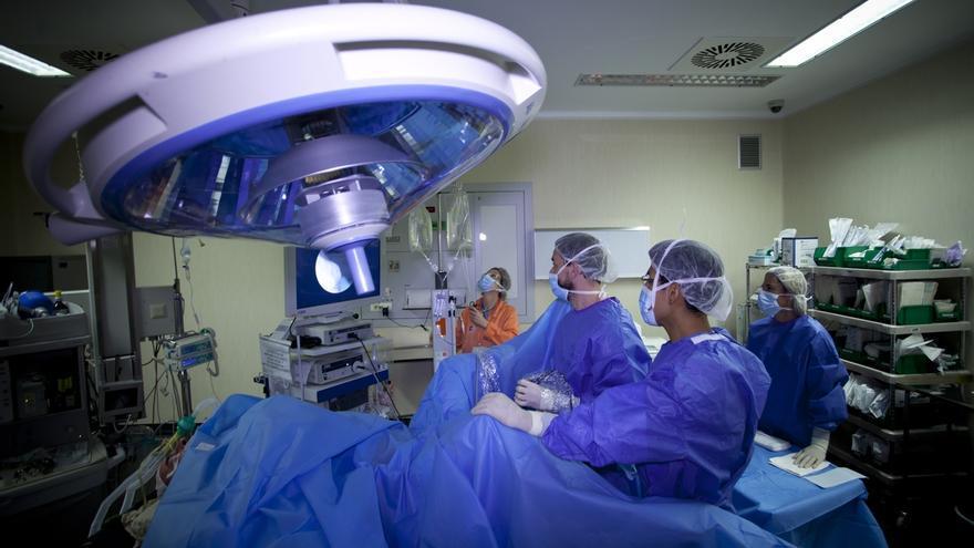 La lista de espera quirúrgica se reduce a 8.955 personas, el mejor dato de los últimos diez años