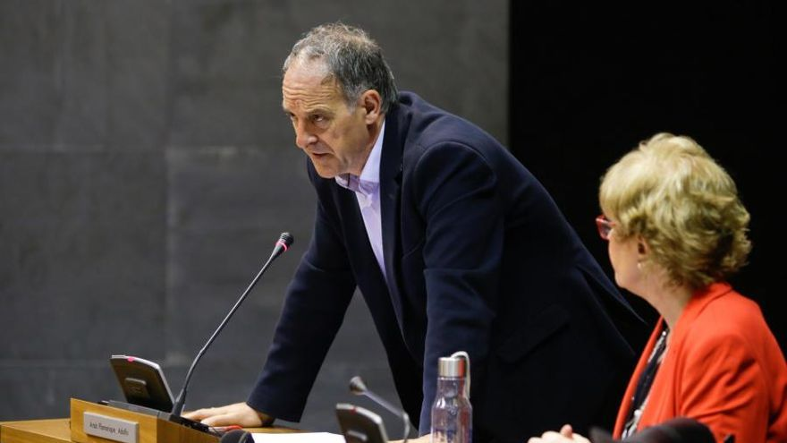 Adolfo Araiz y Miren Aranoa, de EH Bildu, en el Parlamento de Navarra.