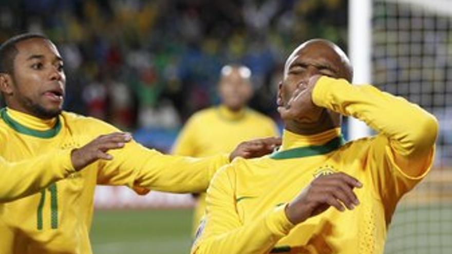 Maicon y Robinho celebran el primer gol