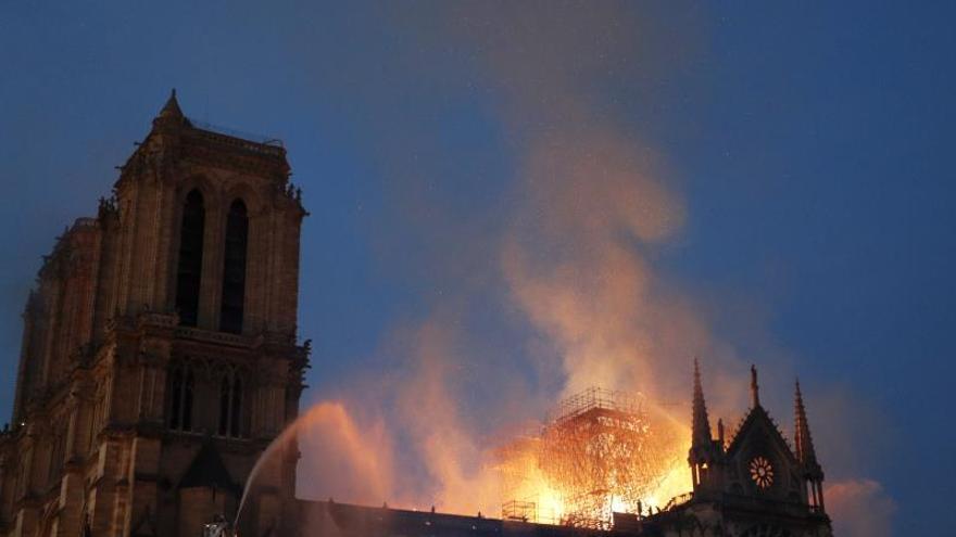 Vista más cercana del incendio de la catedral de Notre Dame. / EFE