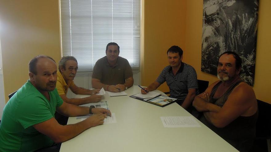 Reunión mantenida por el consejero de Pesca del Cabildo y técnicos del área con los representantes de las deos cofradías de pescadores de la Isla.