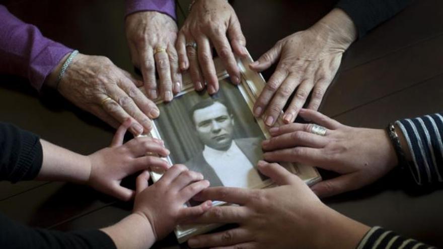 Imagen de la portada del libro 'El ADN de la Memoria. Fosas del franquismo: semillas de memoria'