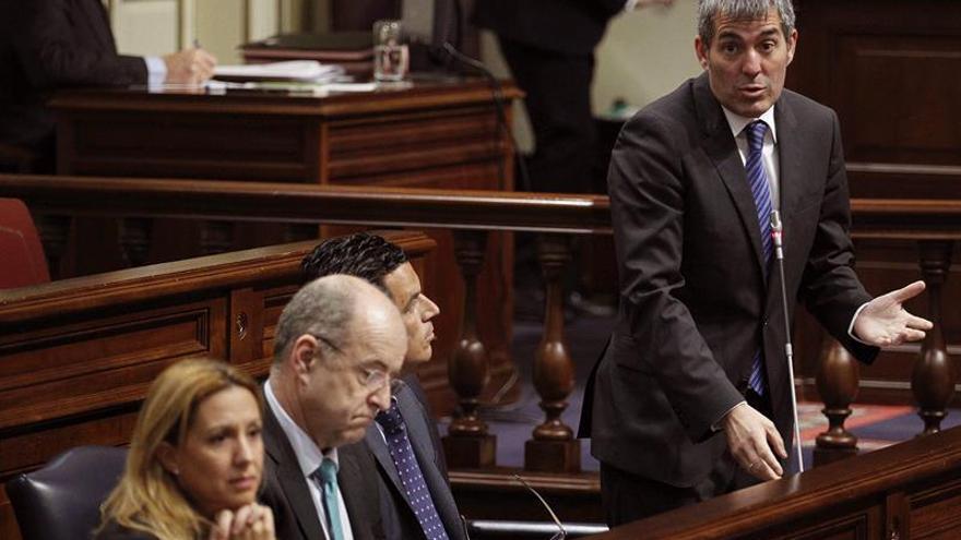 El presidente del Gobierno de Canarias, Fernando Clavijo (d), durante una de sus intervenciones ante el pleno del Parlamento.
