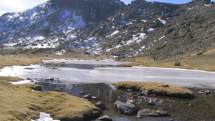 Vista de la laguna de los Pájaros y el risco de los Claveles del P,N. del Guadarrma.