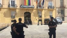 Agentes de policía a las puertas de la sede de la Diputación de Valencia