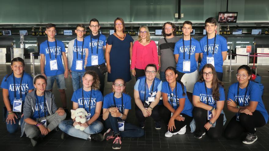 El grupo de estudiantes que mejorarán sus conocimientos de inglés en Irlanda con la consejera insular de Educación, Susana Machín, y los consejeros del Cabildo Maite Rodríguez (PP),  y Dailos Rodríguez (grupo Mixto).