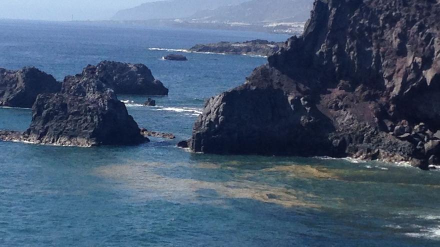 Manchas de microalgas, este sábado, en las inmeciaciones de la playa de La Zamora, en litoral de Fuencaliente.