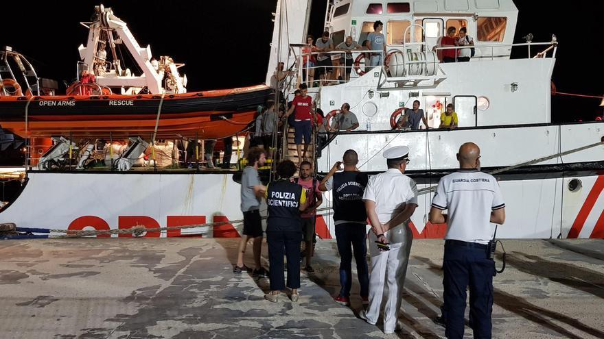 Los rescatados por el buque Open Arms desembarcan en Lampedusa.