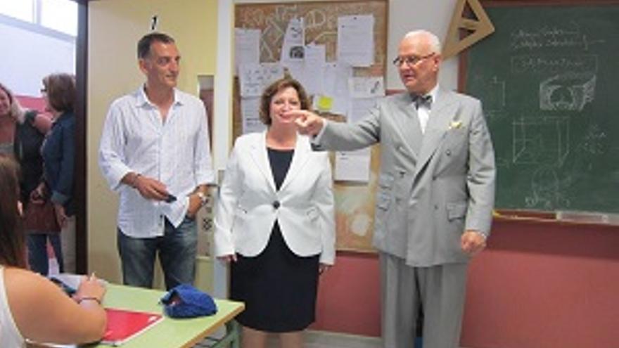 El zapatero Manolo Blahnik visitó la Escuela recientemente.