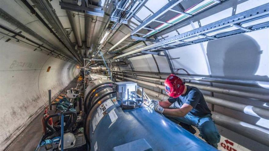 Técnico trabajando en el mantenimiento y mejora del LHC (Fuente CERN).