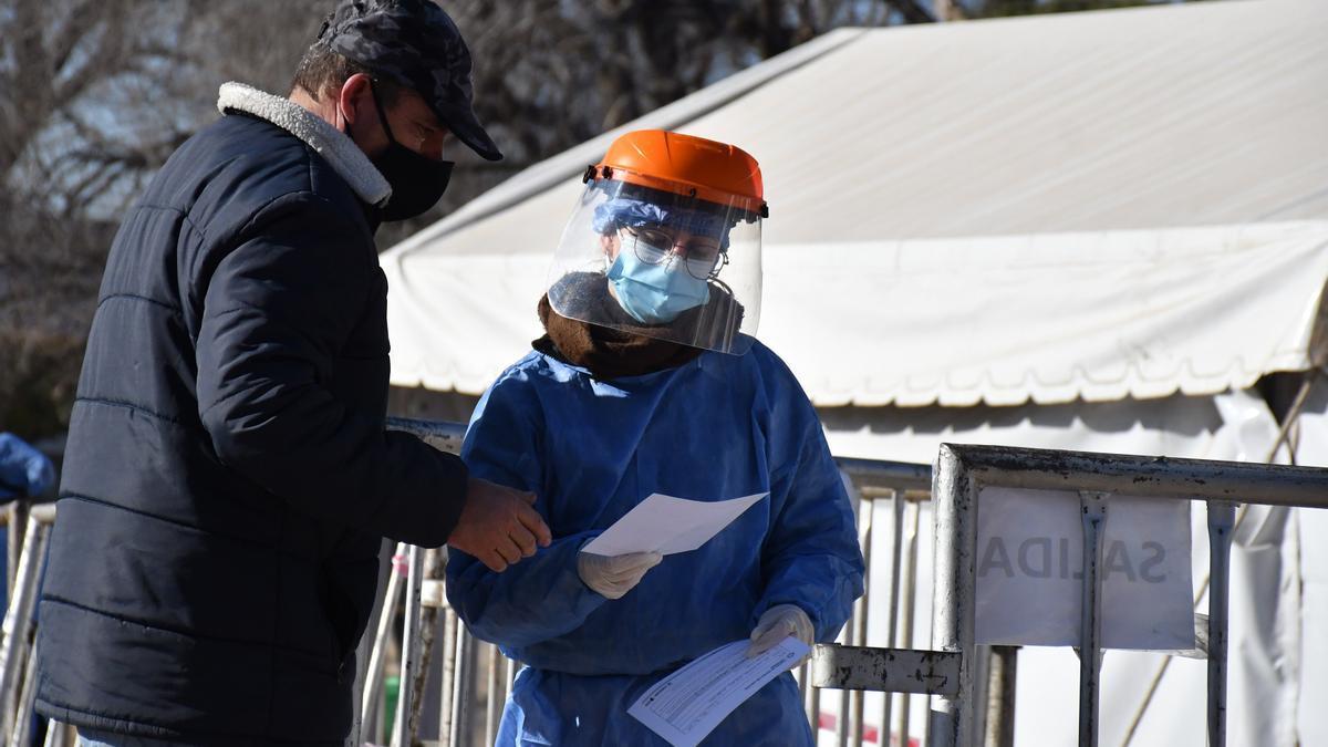 El Ministerio de Salud de Córdoba realiza una intensa tarea para detectar y aislar a las personas que mantuvieron contacto con el primer portador de la variante Delta de coronavirus en esa provincia.