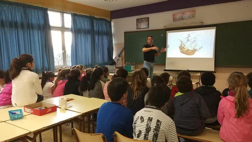 Mario Suárez Sosa en una charla con escolares.